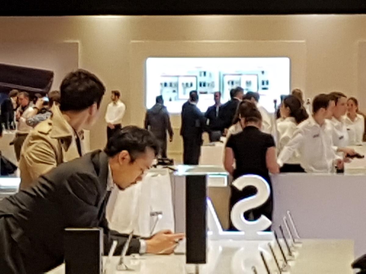 To samo ujęcie, co powyżej, tylko że z maksymalnym, ośmiokrotnym zoomem cyfrowym - Zdjęcie wykonane smartfonem Samsung Galaxy S7 w warunkach targowych w czasie MWC 2016 w Barcelonie - 90sekund.pl