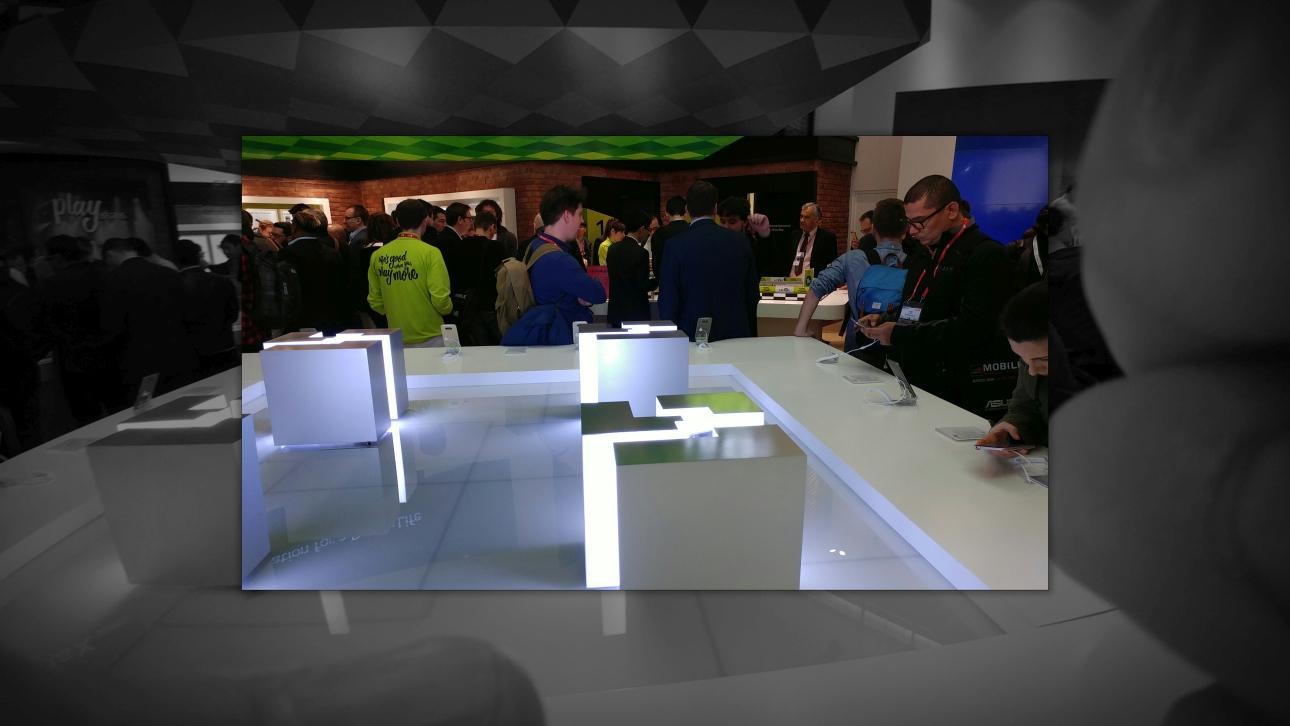 LG G5 - efekt Pop-Out Picture: w środku zdjęcie kolorowe, w tle szerokokątne czarnobiałe i przezroczyste - 90sekund.pl