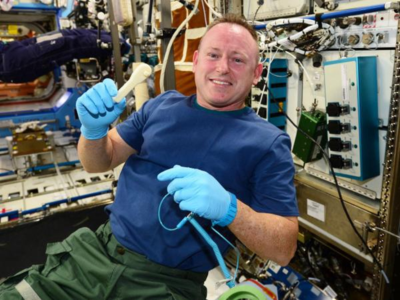 Astronauta Barry Wilmore z drukowanym narzędziem. Oryginalne narzędzie podobno zgubiono.