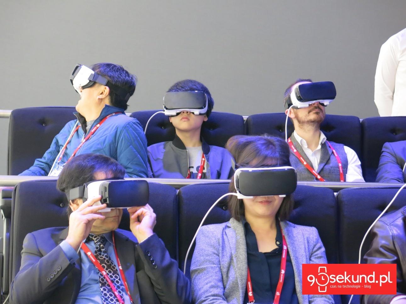 Fani VR z headsetami Gear VR na nosie w Barcelonie, w czasie MWC 2016 - 90sekund.pl