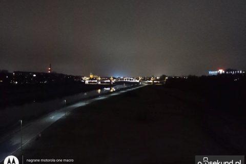 Zdjęcie nocne z Motoroli One Macro - 90sekund.pl - Michał Brożyński