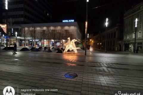 Zdjęcie nocne szerokokątne z Motoroli One Zoom - 90sekund.pl - Michał Brożyński